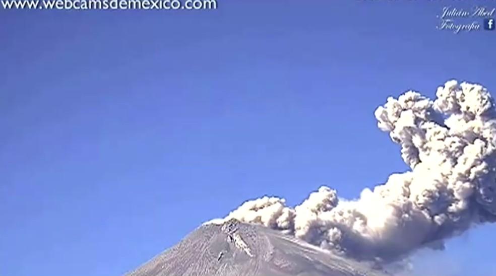 Vulcão Popocatépetl entrou em erupção no México nesta quinta-feira (28) — Foto: WEBCAMSDEMEXICO.COM via REUTERS