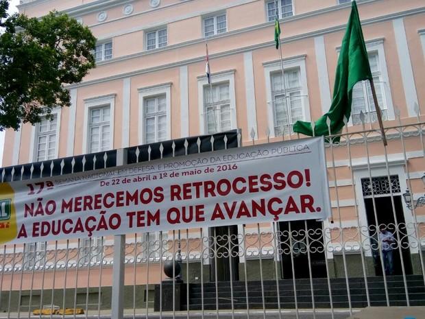 Manifestantes falam que projeto censura os educadores (Foto: Derek Gustavo/G1)
