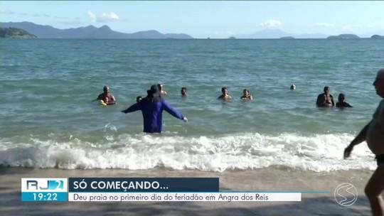 Turistas aproveitaram primeiro dia de feriado em Angra com sol e calor