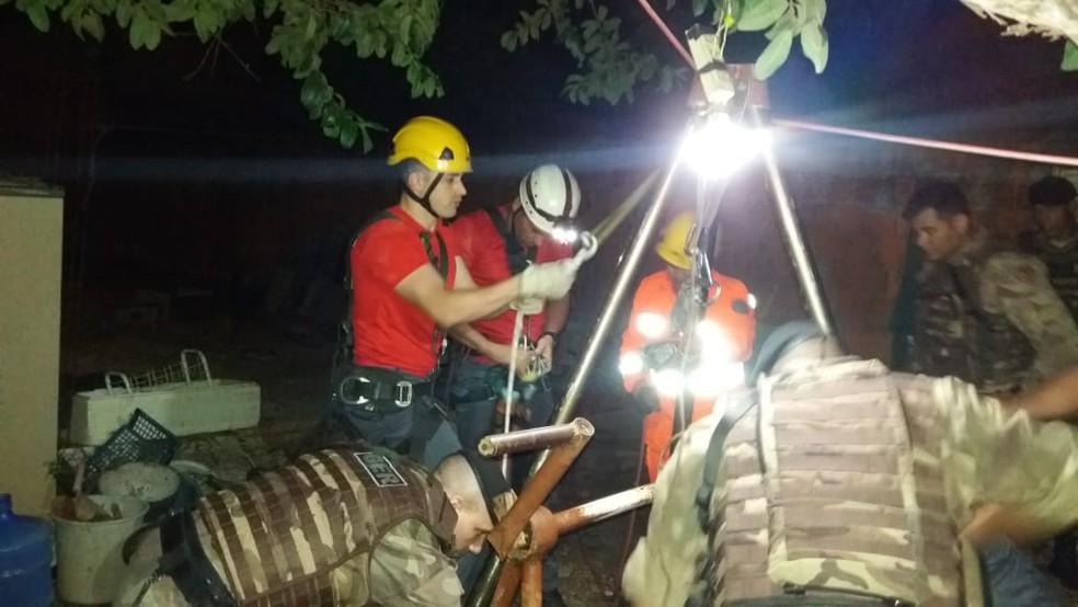 Mulher foi resgatada pelos bombeiros de dentro de cisterna, em Montes Claros — Foto: Corpo de Bombeiros/Divulgação