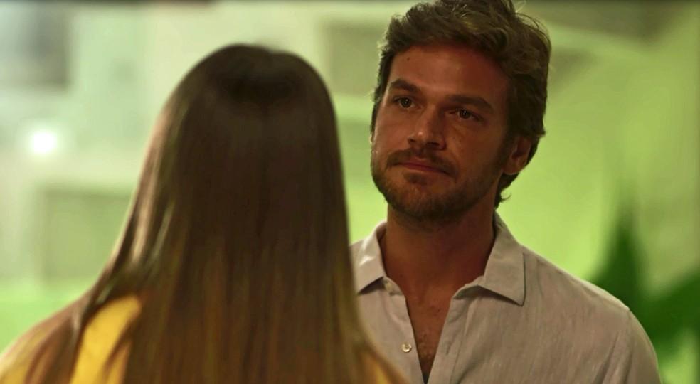Beto questiona Karola sobre dinheiro entregue a Remy (Foto: TV Globo)