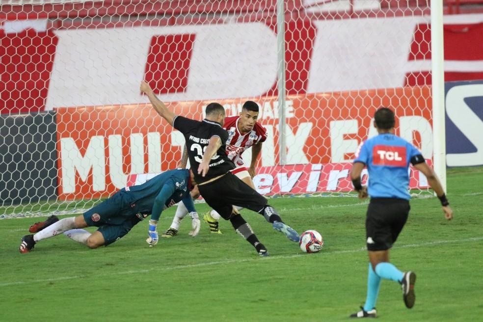 Pedro Castro marcou gol contra e perdeu chance inacreditável contra o Náutico — Foto: Aldo Carneiro/Pernambuco Press