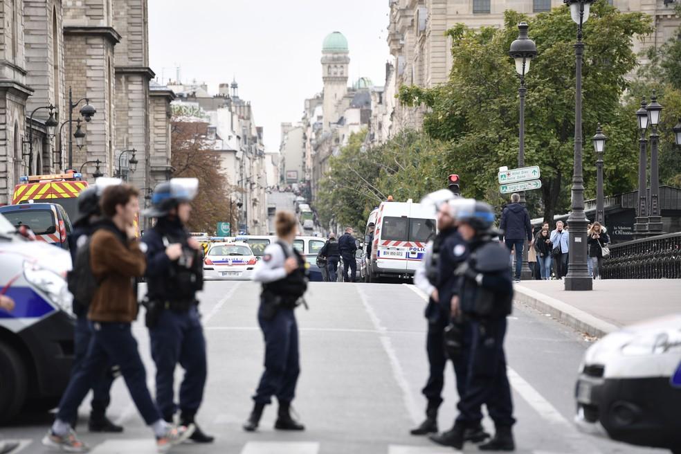 Polícia bloqueou a rua perto da prefeitura de polícia de Paris, nesta quinta-feira (3)  — Foto: Martin Bureau / AFP