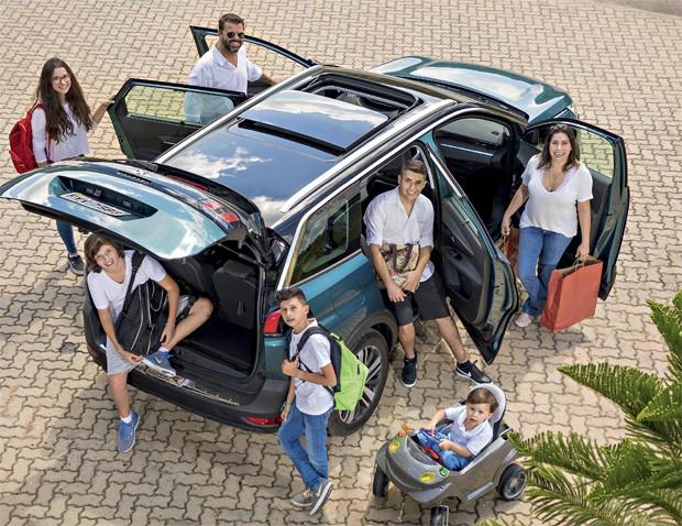 O Peugeot 5008 foi o preferido da família Ciccarino. Em sentido horário: Fábio, Amanda, Lucas, Davi, Leonardo, Henrique e Isabela. (Foto: Marcos Camargo/Editora Globo)