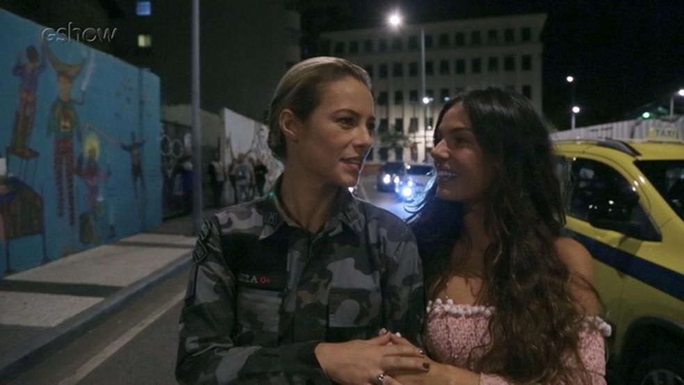 Paolla e Isis Valverde em bastidores da cena do parto de Ritinha — Foto: Gshow