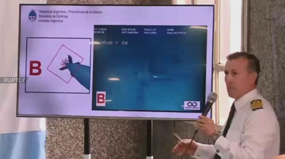 Militar argentino exibe foto de pedaço do submarino ARA San Juan, encontrado após 1 ano desaparecido  — Foto: Reprodução/Ruptly