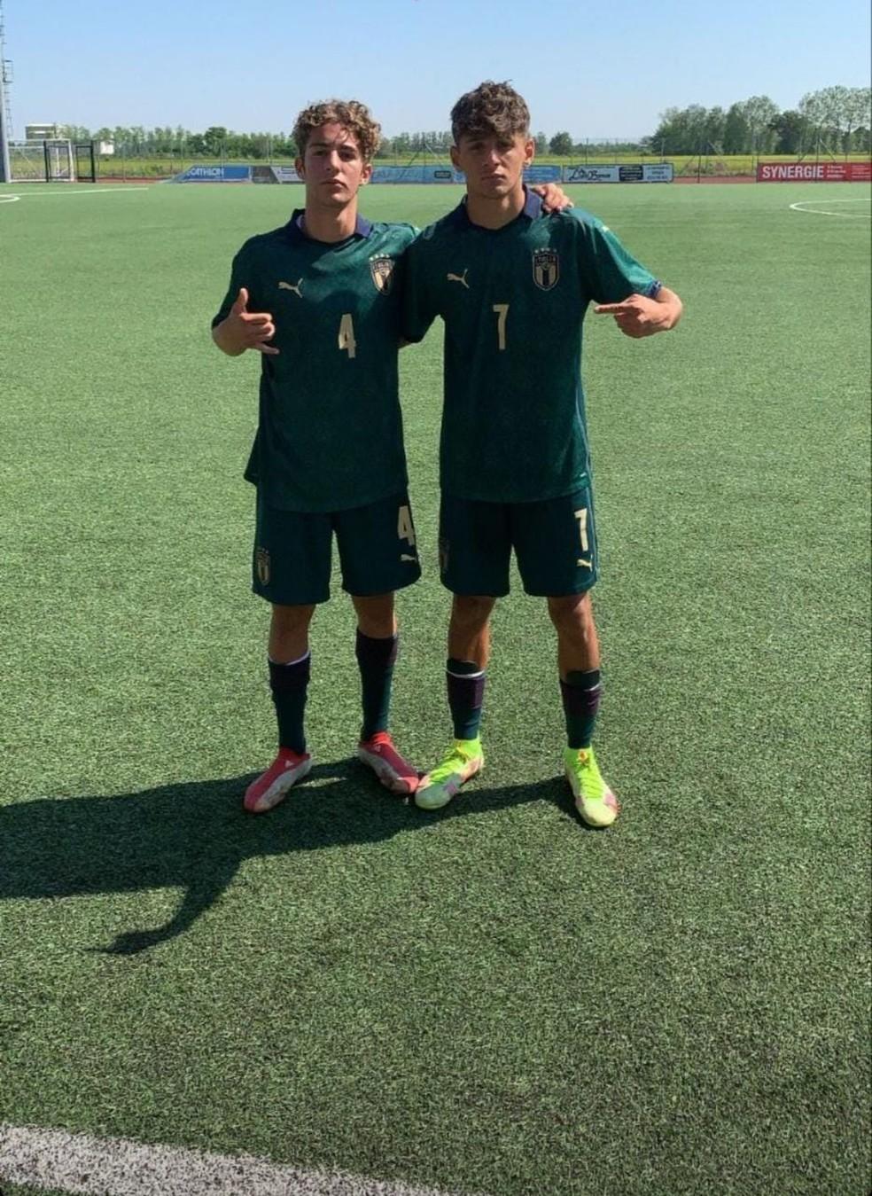 À esquerda, com a camisa 4, Pedro em jogo da seleção italiana, ao lado de Jacopo Simonetta — Foto: Divulgação/Instagram