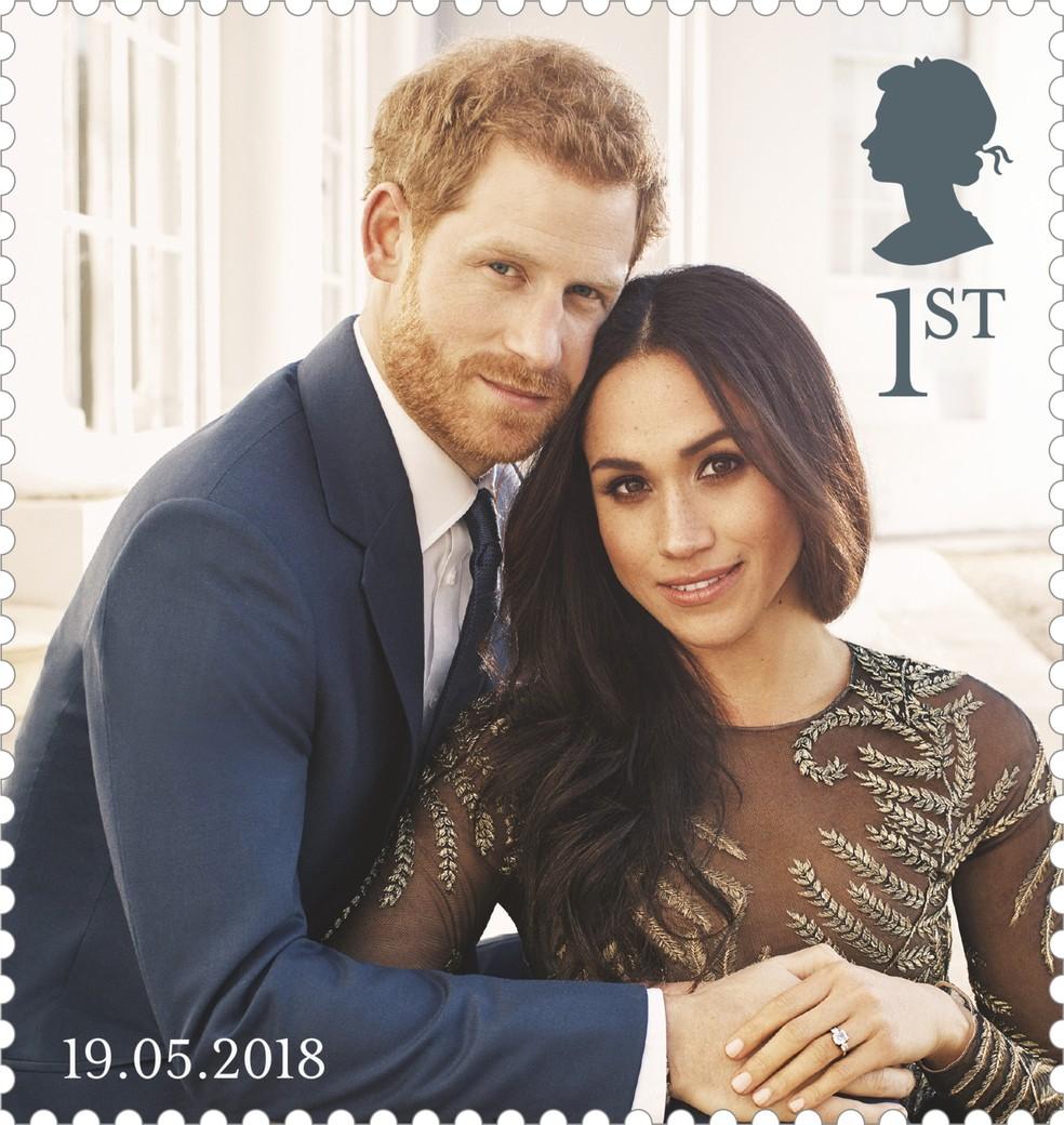 -  Imagem divulgada pelo correio britânico de selo comemorativo do casamento real mostra foto oficial do noivado do príncipe Harry e Meghan Markle, feit