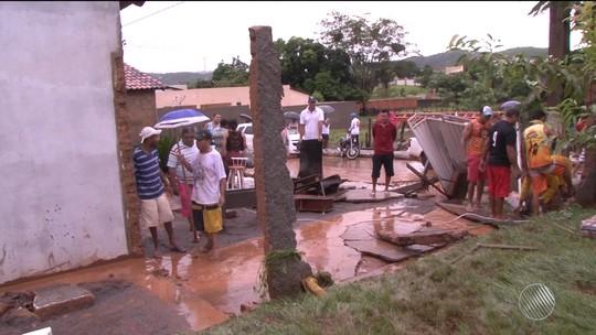 Chuva forte deixa ruas alagadas e derruba muro de casa no oeste da Bahia