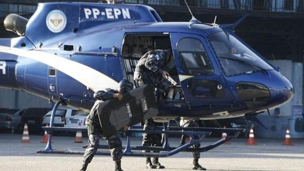 Segundo moradores de favelas, helicópteros têm sido usados como plataforma de tiros em operações nas favelas do RJ — Foto: PM-RJ