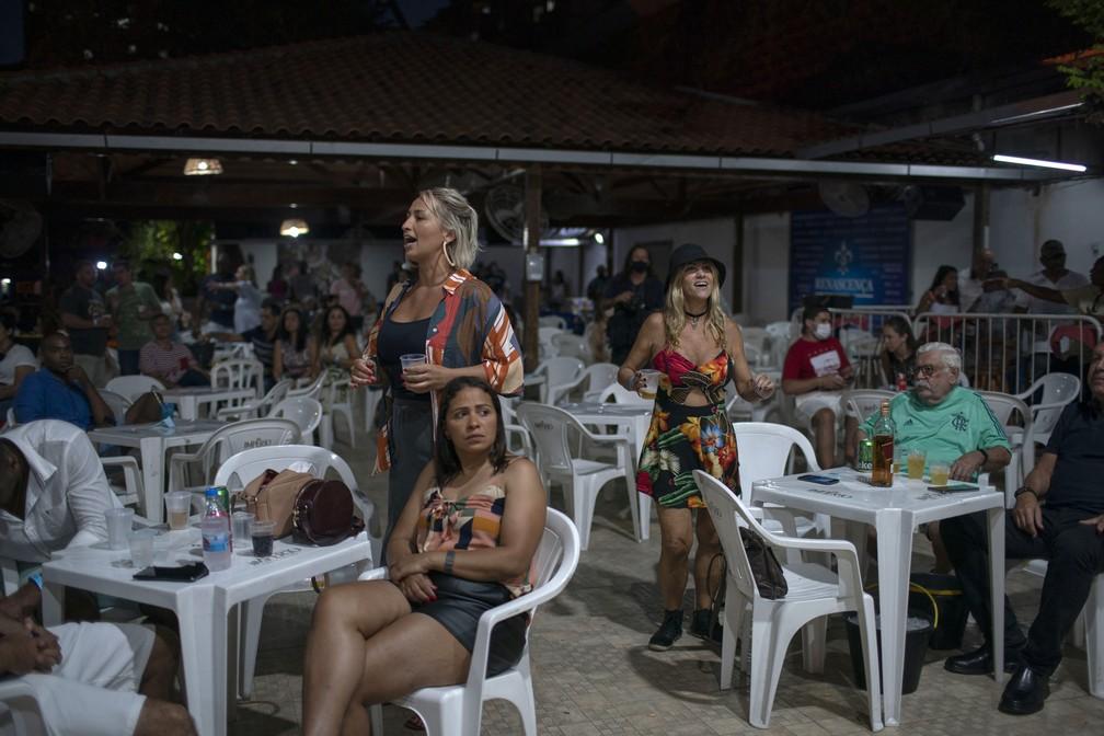 Público passou a curtir o Samba do Trabalhador, de Moacyr Luz, das mesas e não mais em pé ao lado dos músicos por conta da pandemia — Foto: Mauro Pimentel/AFP