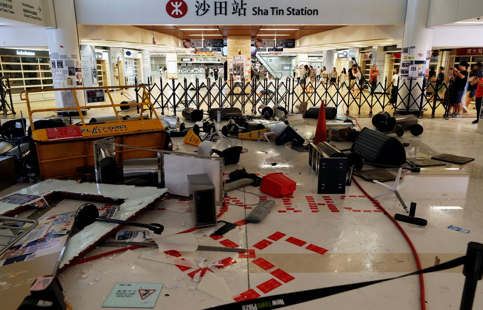 Objects left by protesters to block police entry at Sha Tin mall and subway station in Hong Kong - Photo: Jorge Silva / Reuters