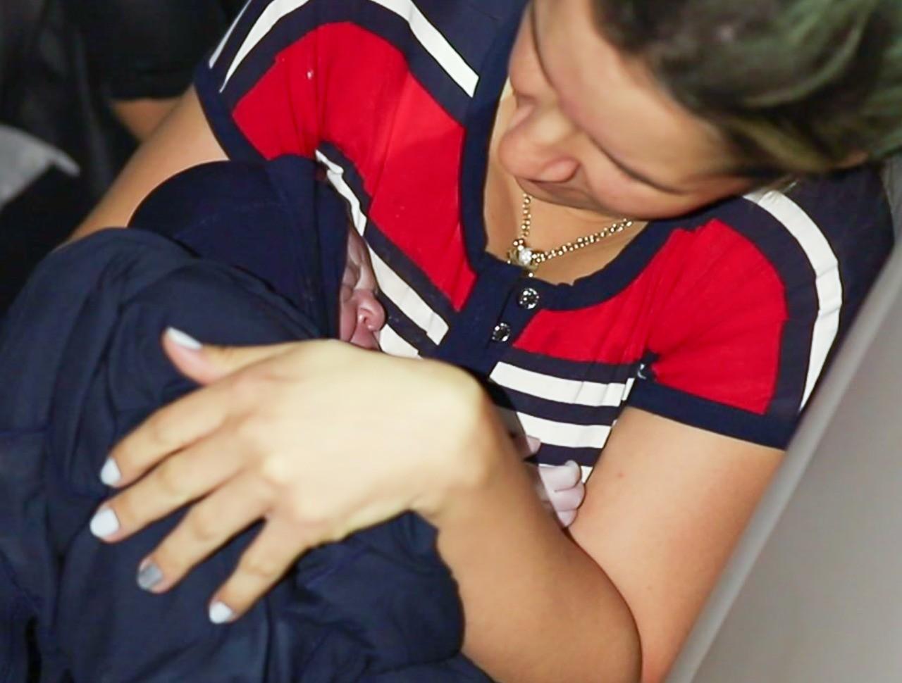 Mãe fala da emoção de parto dentro do carro a caminho do hospital: 'Achamos que daria tempo de chegar'