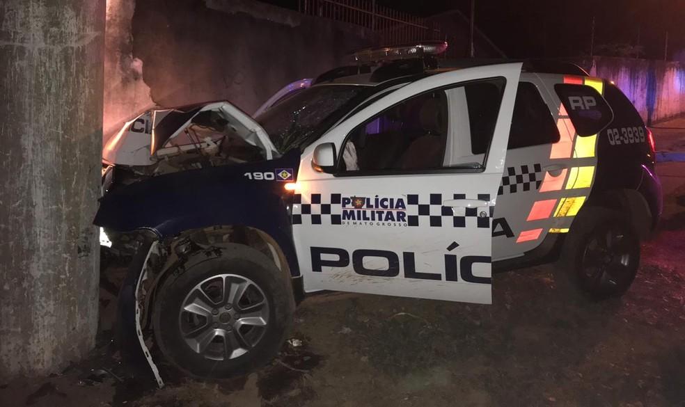 Viatura da PM bateu em muro durante perseguição policial em Cuiabá. — Foto: PM-MT
