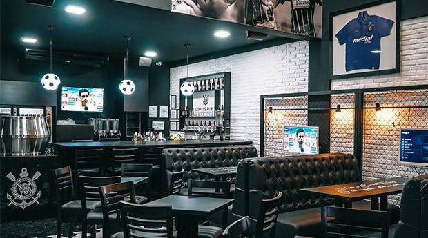 O interior é decorado com objetos temáticos do clube. (Foto: Divulgação/Lucas de Toledo e Marco Lut)