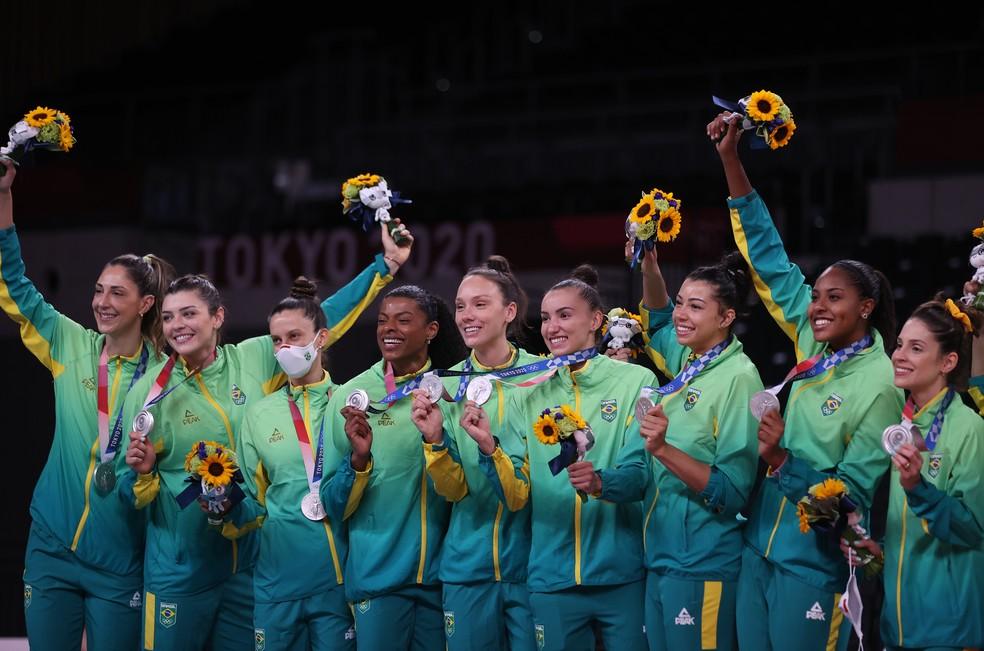 Meninas do vôlei do Brasil no pódio com a medalha de prata  — Foto: REUTERS/Pilar Olivares