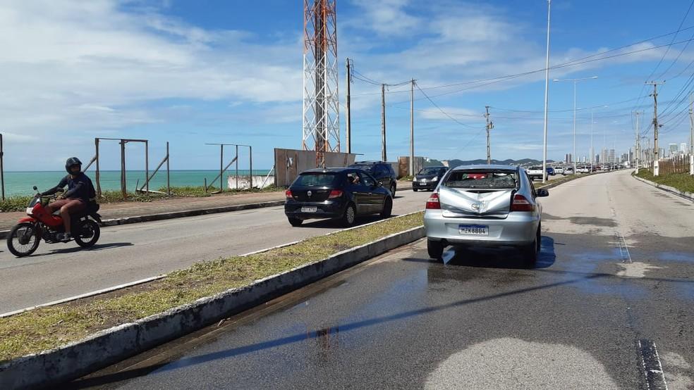Carro bateu na viação e foi atingido por cruzeta de outro poste, na Via Costeira, em Natal â?? Foto: Sérgio Henrique Santos/Inter TV Cabugi
