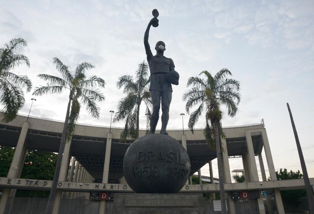 Estátua do capitão Bellini, na entrada do Estádio do Maracanã, amanheceu com máscara em ação da Prefeitura do Rio — Foto: Divulgação/ Prefeitura do Rio