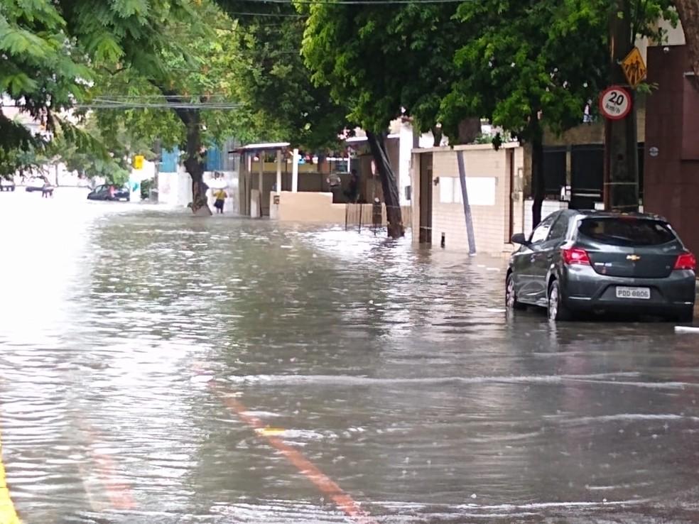Rua Sebastião Alves, no Parnamirim, na Zona Norte do Recife, ficou alagada nesta quinta-feira (13) — Foto: Mhatteus Sampaio/TV Globo