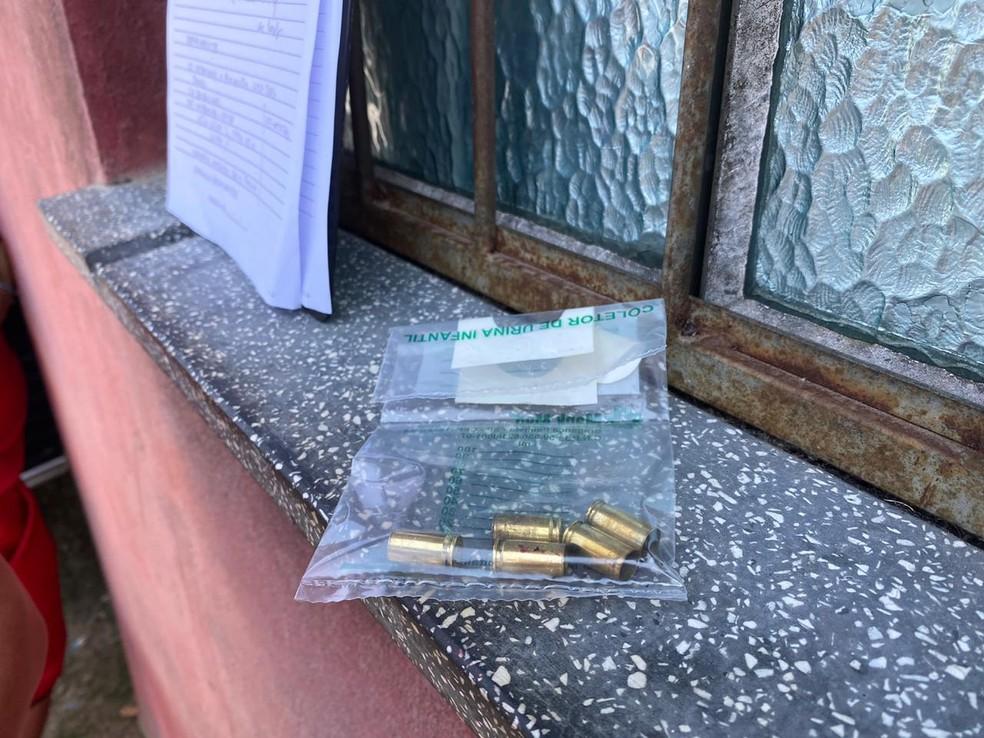 Junto ao corpo, foram encontradas cinco cápsulas de pistola. — Foto: Carolina Diniz/G1 AM