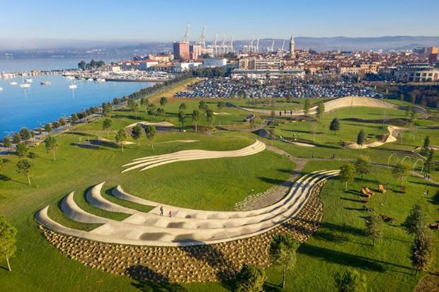 Formas orgânicas definem arquitetura de parque à beira-mar na Eslovênia