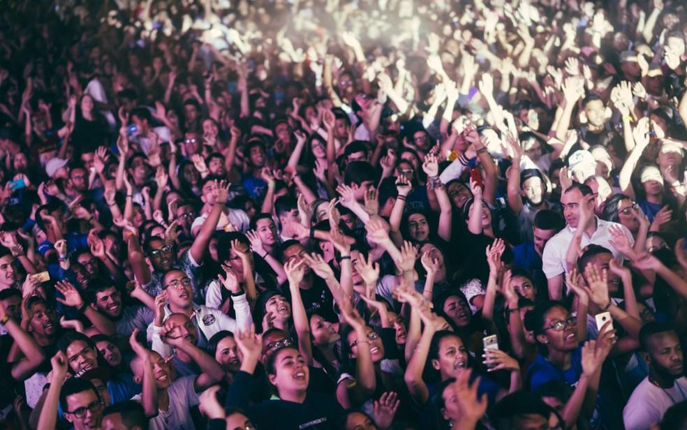 Jovens participam do festival de música cristã Hallel, em Franca, SP  — Foto: Igor do Vale