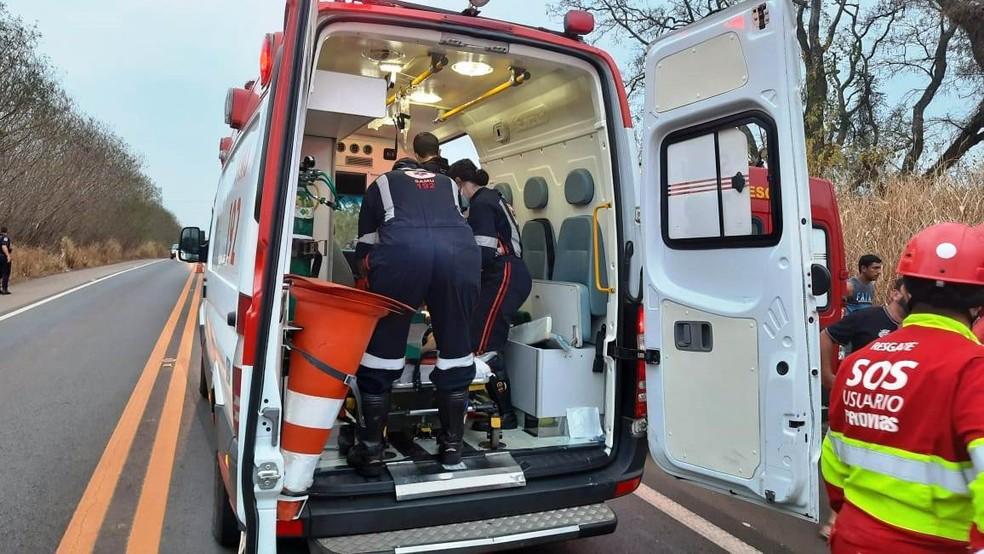 Equipe do Samu socorreu feridos no acidente na SP-255 em Aguaí — Foto: TV Cidade Aguaí/Imagens cedidas