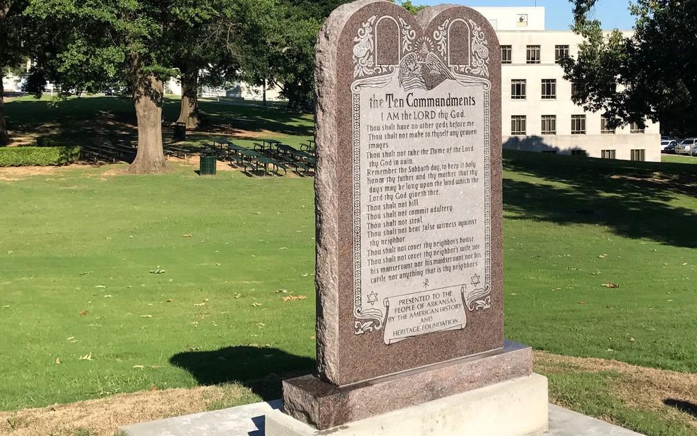 Monumento em homenagem aos Dez Mandamentos é visto do lado de fora do Capitólio de Arkansas, em Little Rock, em 27 de junho de 2017, pouco depois de ser instalado e horas antes de ser destruído  (Foto: AP Photo/Andrew DeMillo)