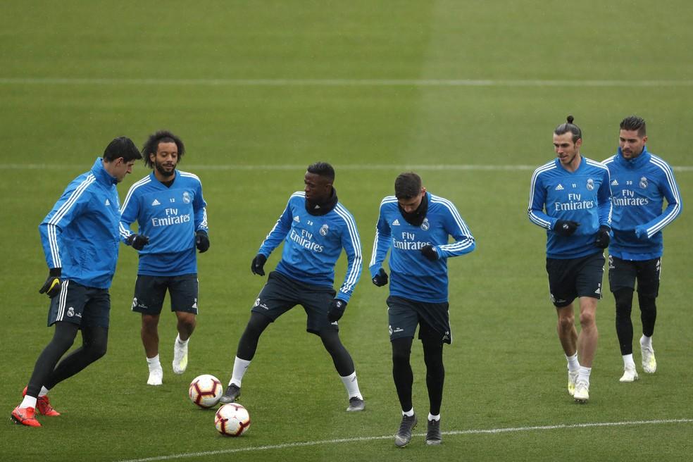Vinicius Junior, ao centro com a bola, no treino do Real Madrid, com Courtois, Marcelo e Bale — Foto: EFE/Javier Lizón