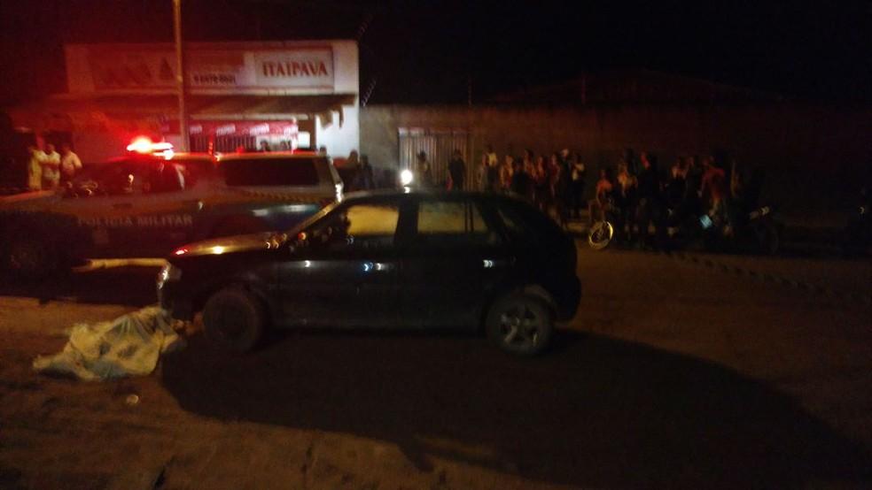 O passageiro da moto sacou uma arma de fogo e efetuou três disparos na direção da vítima, que caiu próximo ao automóvel que lhe pertencia (Foto: Alerta notícias/Reprodução)