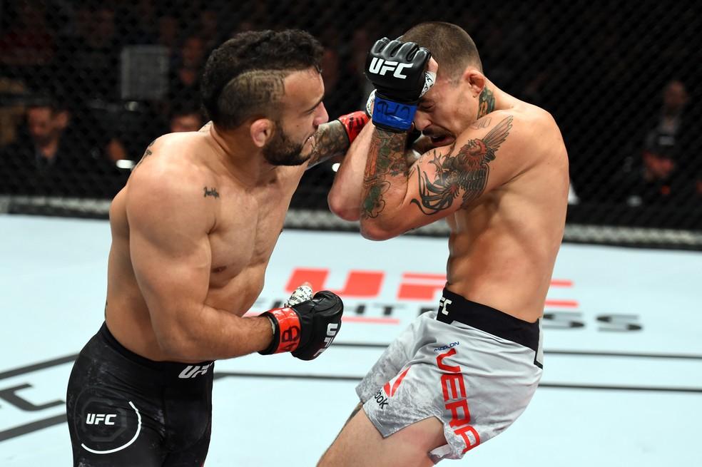 John Lineker ataca Marlon Vera na abertura do card principal do UFC São Paulo (Foto: Getty Images)