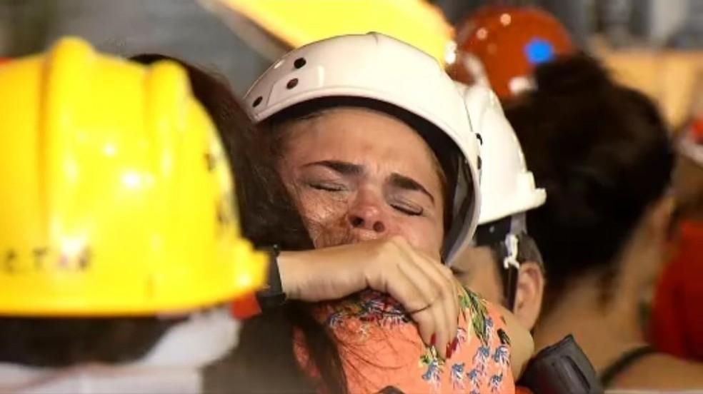 Bombeiros encerraram operação de resgate e fizeram ato solene em homenagem às vítimas do desabamento do prédio — Foto: TV Verdes Mares/Reprodução