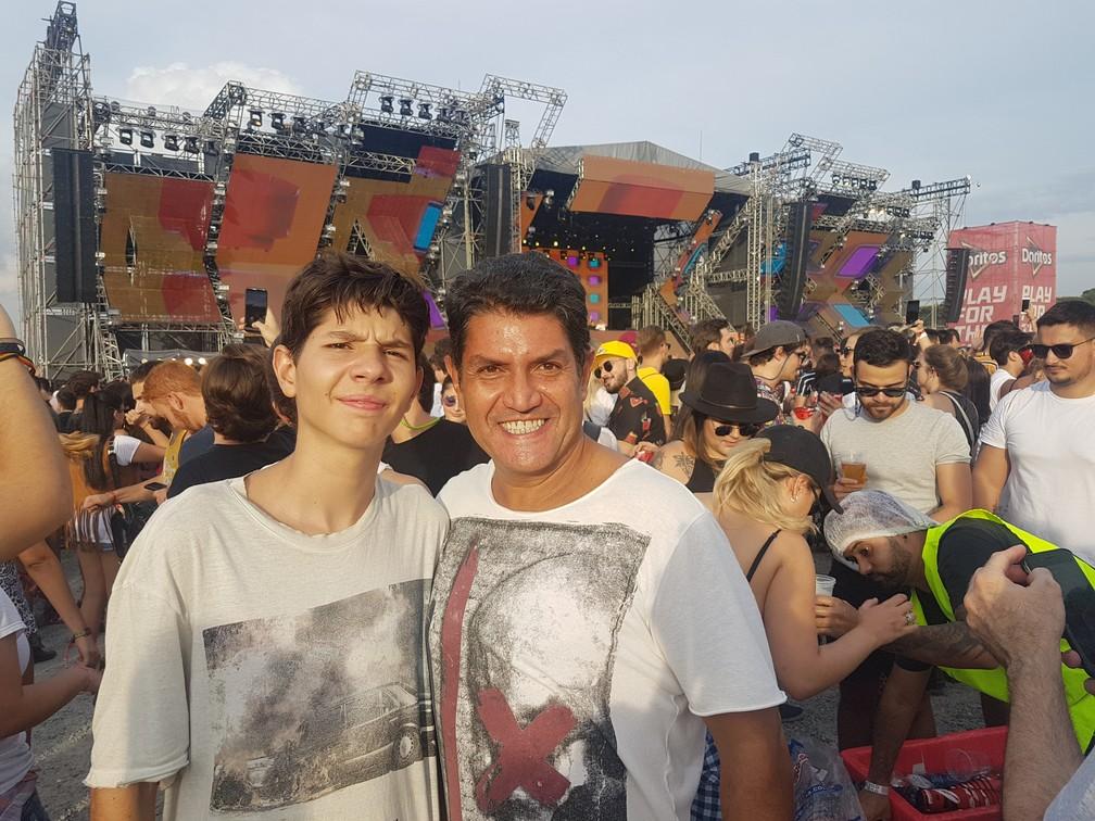 Arthur e Marco Freitas foram juntos, mas tinham turmas separadas no Lollapalooza — Foto: Gabriela Sarmento/G1