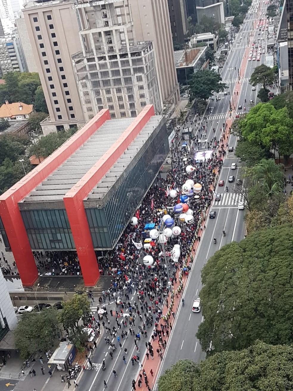 SÃO PAULO, 16h17 - Manifestantes interditam faixas da Avenida Paulista em frente ao Masp — Foto: Reprodução/TV Globo