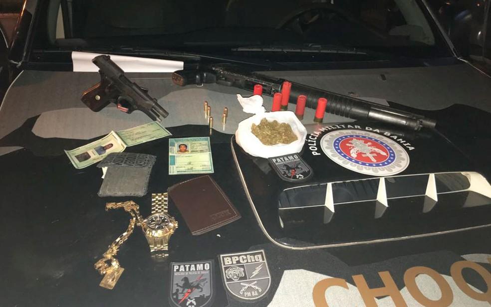 Com os suspeitos foram apreendidas duas armas (Foto: Divulgação/SSP)