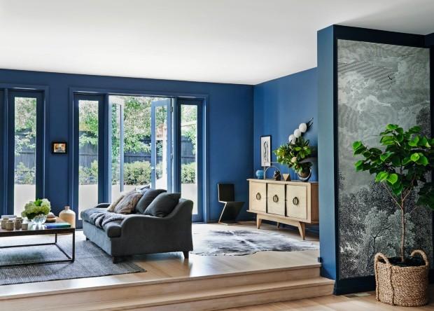 Integração. Entre o living e as salas de estar e de jantar, duas meias-paredes foram revestidas com as imponentes árvores do papel de parede preto e branco, comprado na Anthropologie  (Foto: Lisa Cohen / Living Inside)