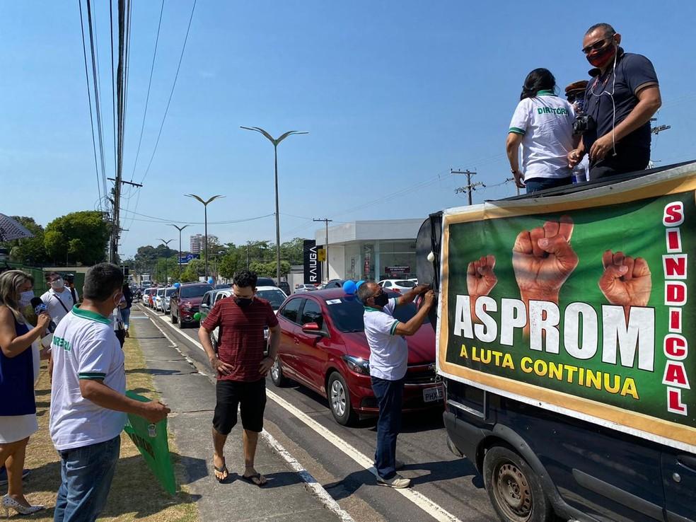 Professores protestam em frente à Assembleia contra retorno das aulas em Manaus — Foto: Carolina Diniz/G1 AM
