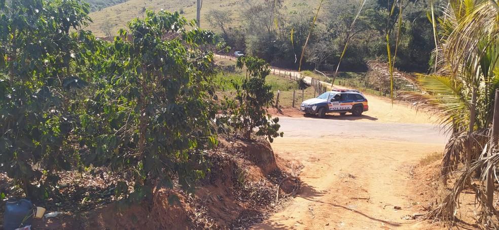Vítima foi encontrada na estrada que dá acesso ao distrito de Sapucaia — Foto: Hérisder Matias/Inter TV dos Vales
