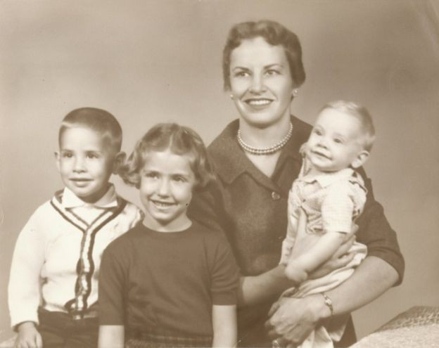 Diamond com 3 de seus filhos (ela teria mais uma filha mais tarde) conciliava a vida familiar com pesquisas e aulas (Foto: CORTESIA: FAMILIA DIAMOND, via BBC News Brasil)