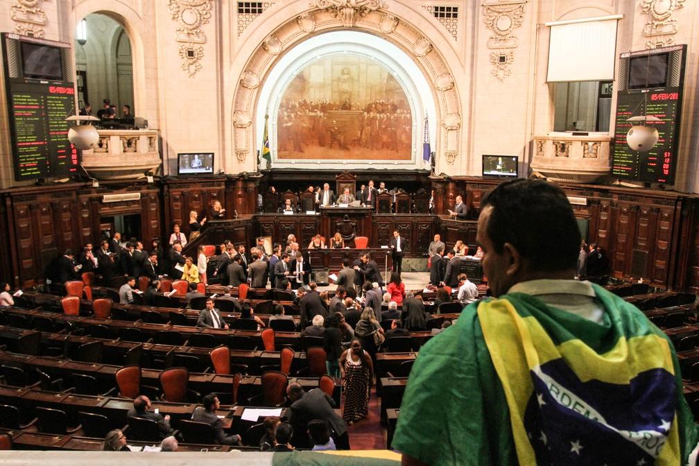 Homem com a bandeira do Brasil enrolada no pescoço observa discussão na Alerj (arquivo) — Foto: Otacílio Barbosa/Divulgação/Alerj