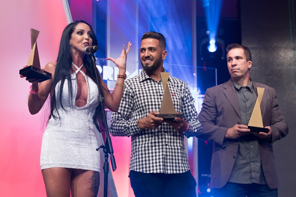 Elisa Sanches e Tony Tigrão (ao centro) recebem o troféu de Melhor Cena de Dupla Penetração no Prêmio Sexy Hot 2018 ? Foto: Celso Tavares/G1