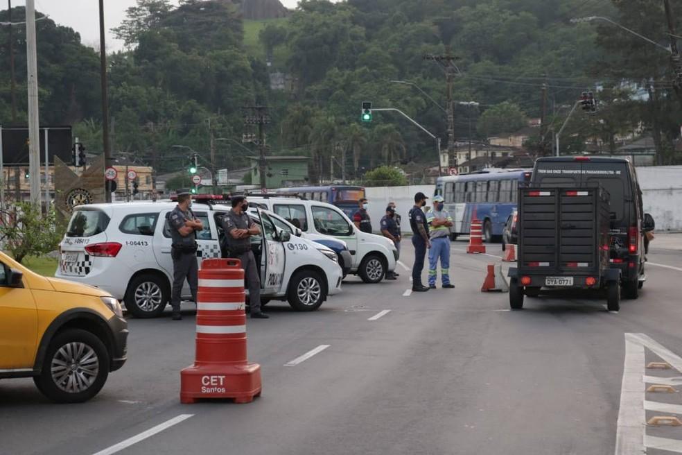 Barreiras sanitárias instaladas em pontos de Santos, no litoral de São Paulo — Foto: Divulgação/Prefeitura de Santos