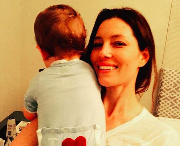 A atriz Jessica Biel com o filho (Foto: Instagram)