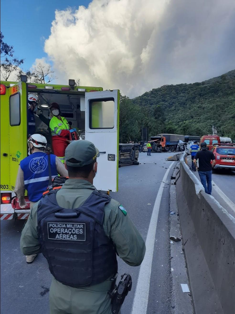 Batida com caminhão-cegonha interditou trecho da BR-277, em Morretes, no litoral do Paraná — Foto: BPMOA/Divulgação