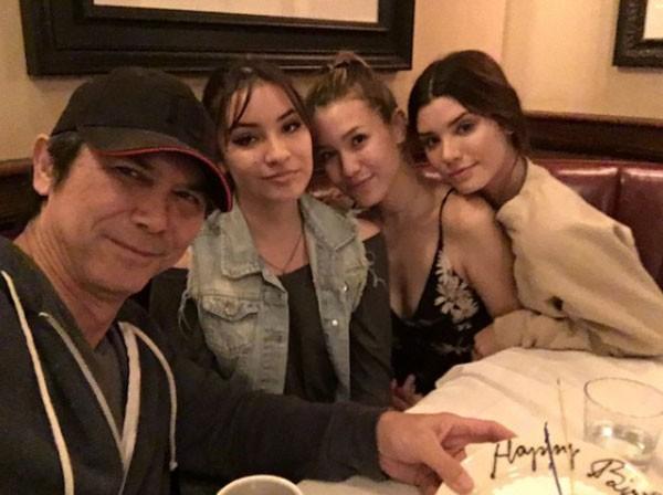 O ator Lou Dimond Phillips ao lado das três filhas - Grace é a primeira da direita (Foto: Reprodução/Twitter)