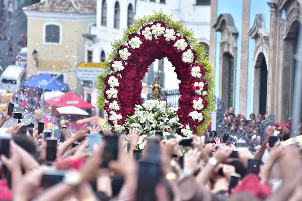 Imagem de Santa Bárbara é carregada por fiéis pelas ruas do Centro Histórico de Salvador. Homenagens à santa acontecem nesta terça-feira (4); no sincretismo, Iansã é reverenciada — Foto: Max Haack/Ag Haack