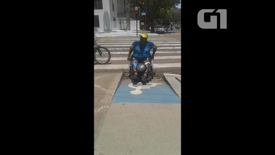 Vídeo mostra dificuldade de cadeirante ao tentar usar rampa em calçada de Macapá