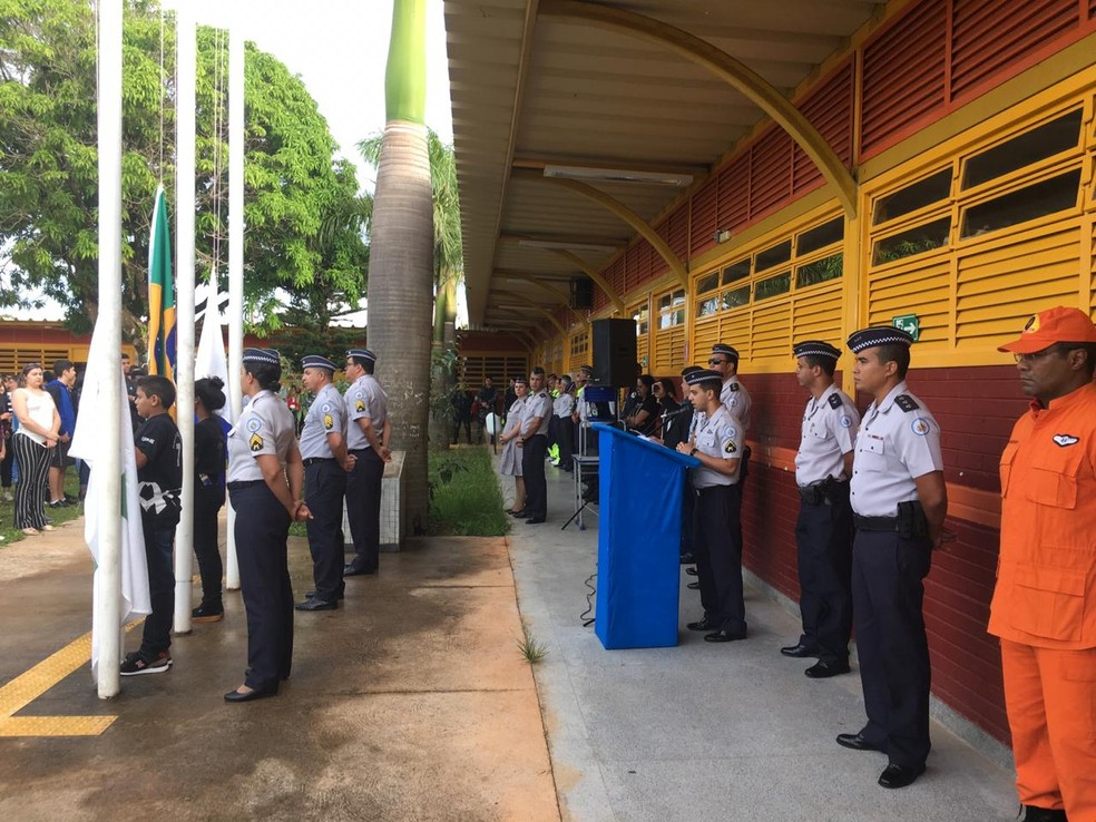 Alunos do CED 7 de Ceilândia hastearam a bandeira no primeiro dia de gestão compartilhada com a PM — Foto: Victor Gomes / G1DF