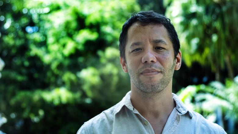 Na foto, o escritor baiano Itamar Vieira Júnior. Autor de Torto Arado, ele lançou coletânea com 12 contos em junho (Foto: Divulgação/Todavia/Adenor Gondin)