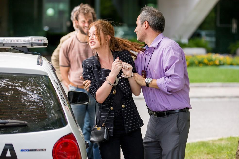 Dino observa Eliza ser presa cheio de satisfação — Foto: Gshow / Fabiano Battaglin